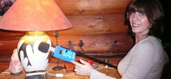 Géobiologue effectuant une mesure de champ électrique